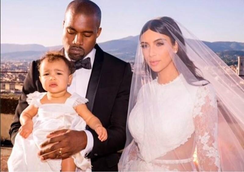 Una imagen ¿o dos? valen más que mil palabras. Kim y Khloe Kardashian publicaron dos muy significativas fotos inéditas del día que Kim y Kanye se juraron amor eterno.