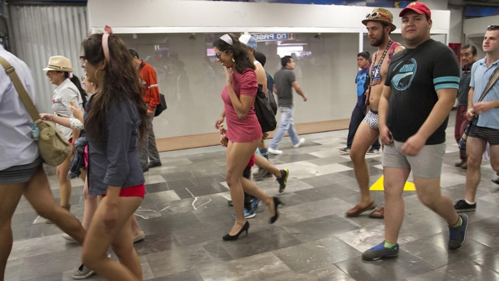 Usuarios del Metro de la Ciudad de México se unieron, como desde hace cinco años, al ?Paseo en Metro sin pantalones?
