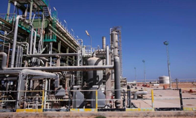 Libia recortó sus exportaciones de crudo por 1.3 millones de barriles por día debido a la rebelión. (Foto: Reuters)