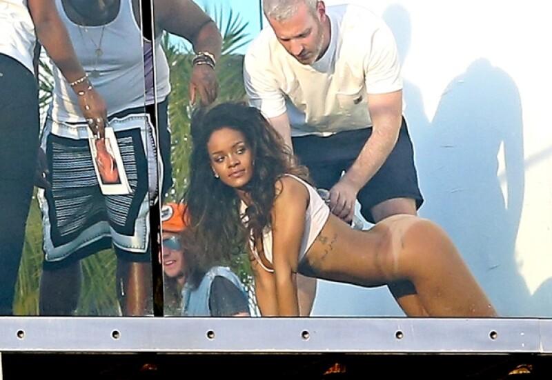 Sin pena alguna Rihanna obedecía los consejos de la producción.