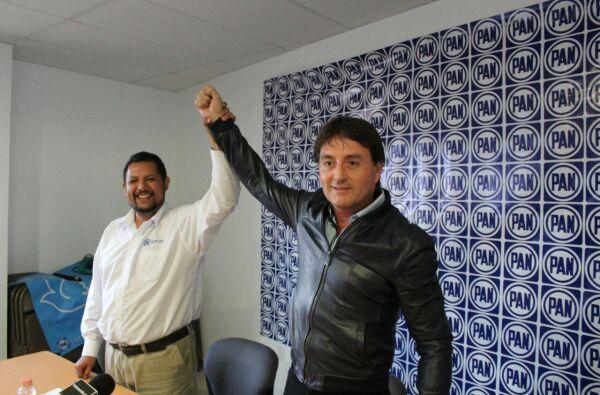 El candidato alzó su mano en señal de triunfo.
