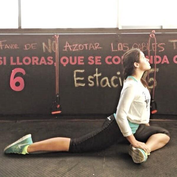 Alessandra demuestra la flexibilidad que ha conseguido gracias al yoga.
