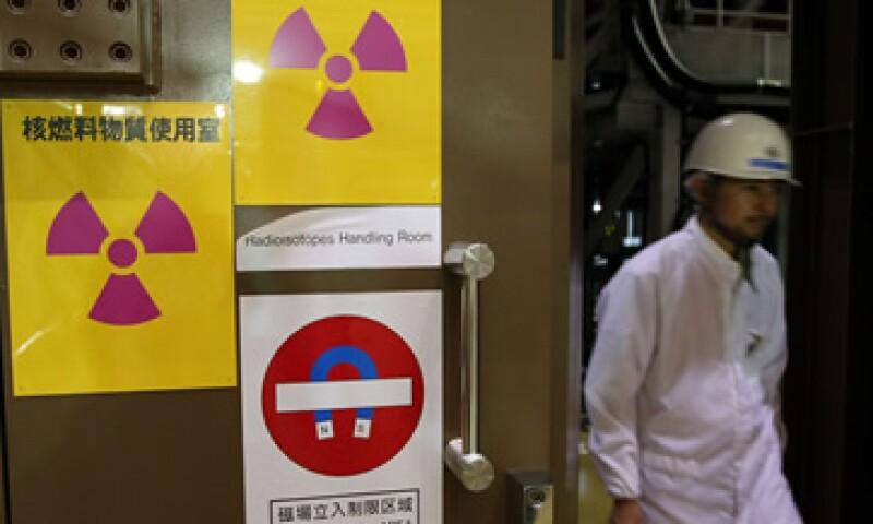 Un trabajador en Naka, Japón, sale del sitio donde se trabaja en un tokamak que será utilizado en el ITER. (Foto: Getty Images  )