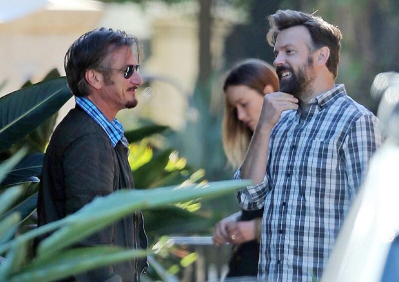Bastante soriente y con el comediante Jason Sudeikis y la actriz Olivia Wilde.