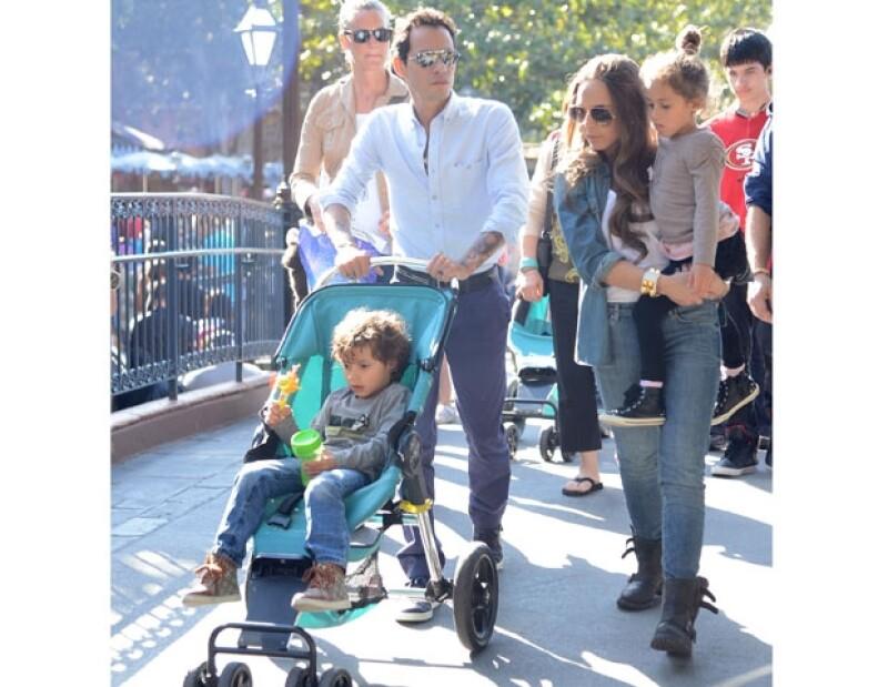 A un mes de terminar su noviazgo con Shannon de Lima, el cantante fue captado con Chloe Green, heredera de Topshop,  y sus hijos en el parque de diversiones.