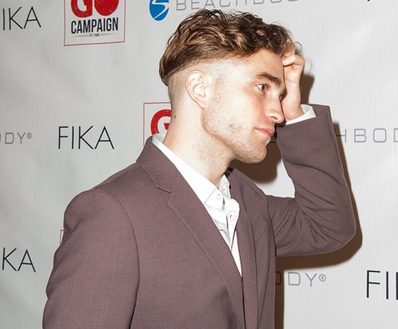 El actor de 28 años rapó la mitad de su cabeza y presumió un mecho en forma de rectángulo, quizá con algún valor simbólico.