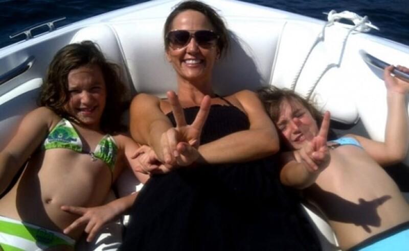 Andrea contínuamente comparte en Twitter fotos de sus princesas. Aquí en sus vacaciones en Acapulco.