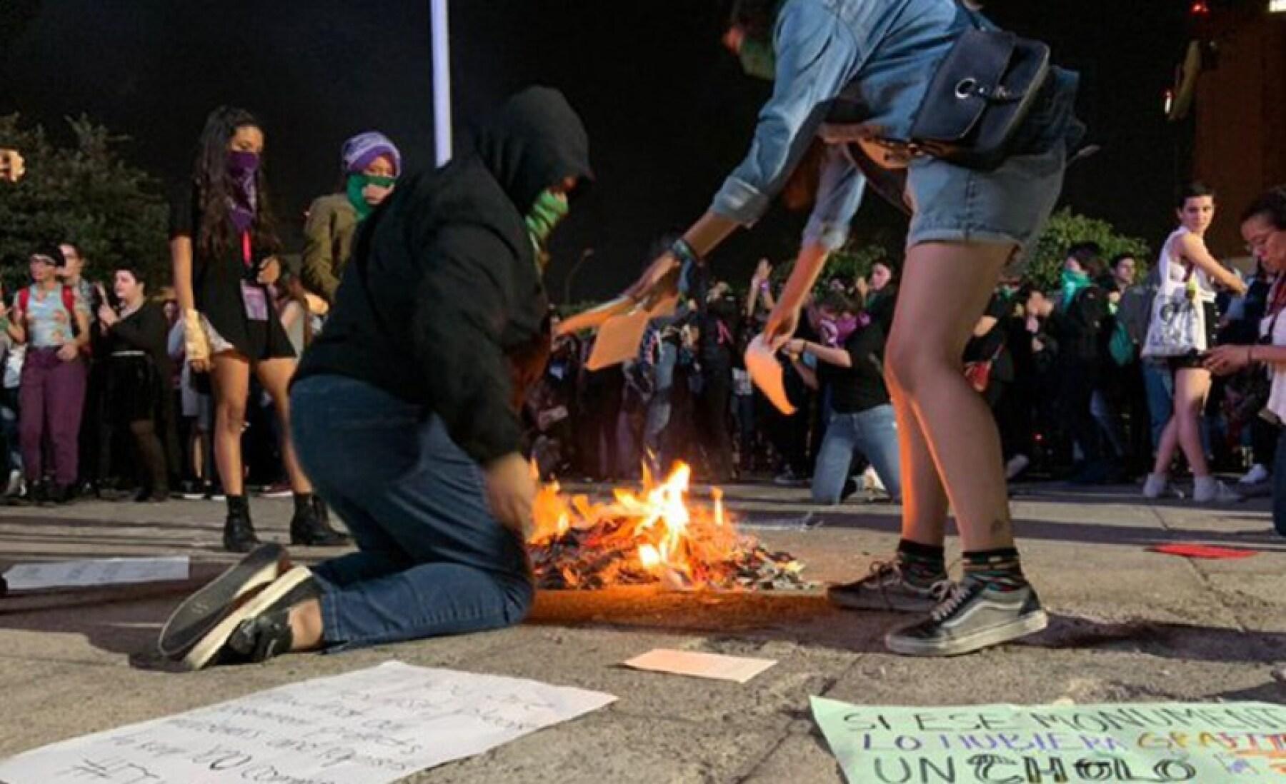 feministas queman libros.jpg
