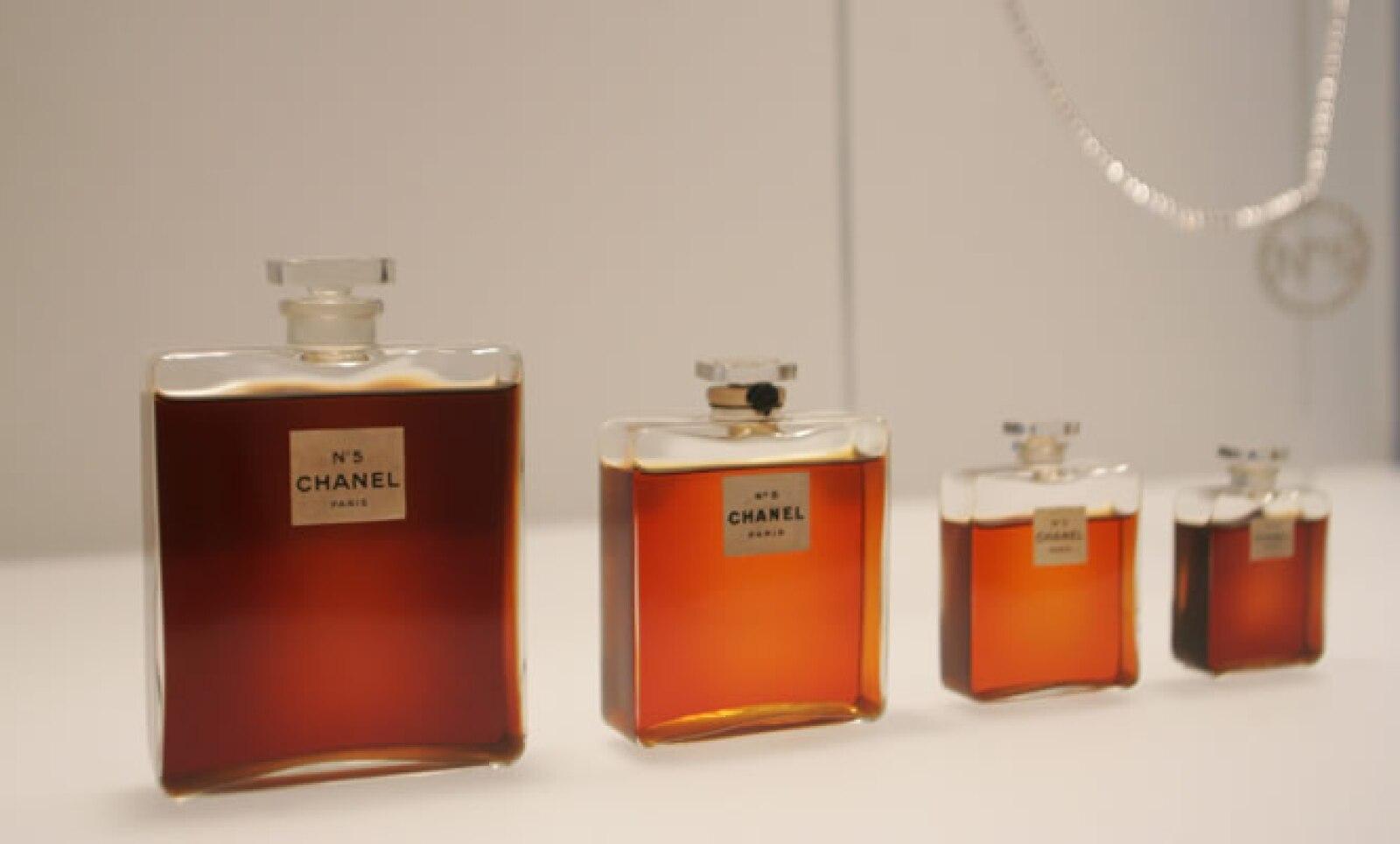 Fotografías, libros y objetos que inspiraron la creación del perfume Chanel N°5  se exhiben en París, Francia.