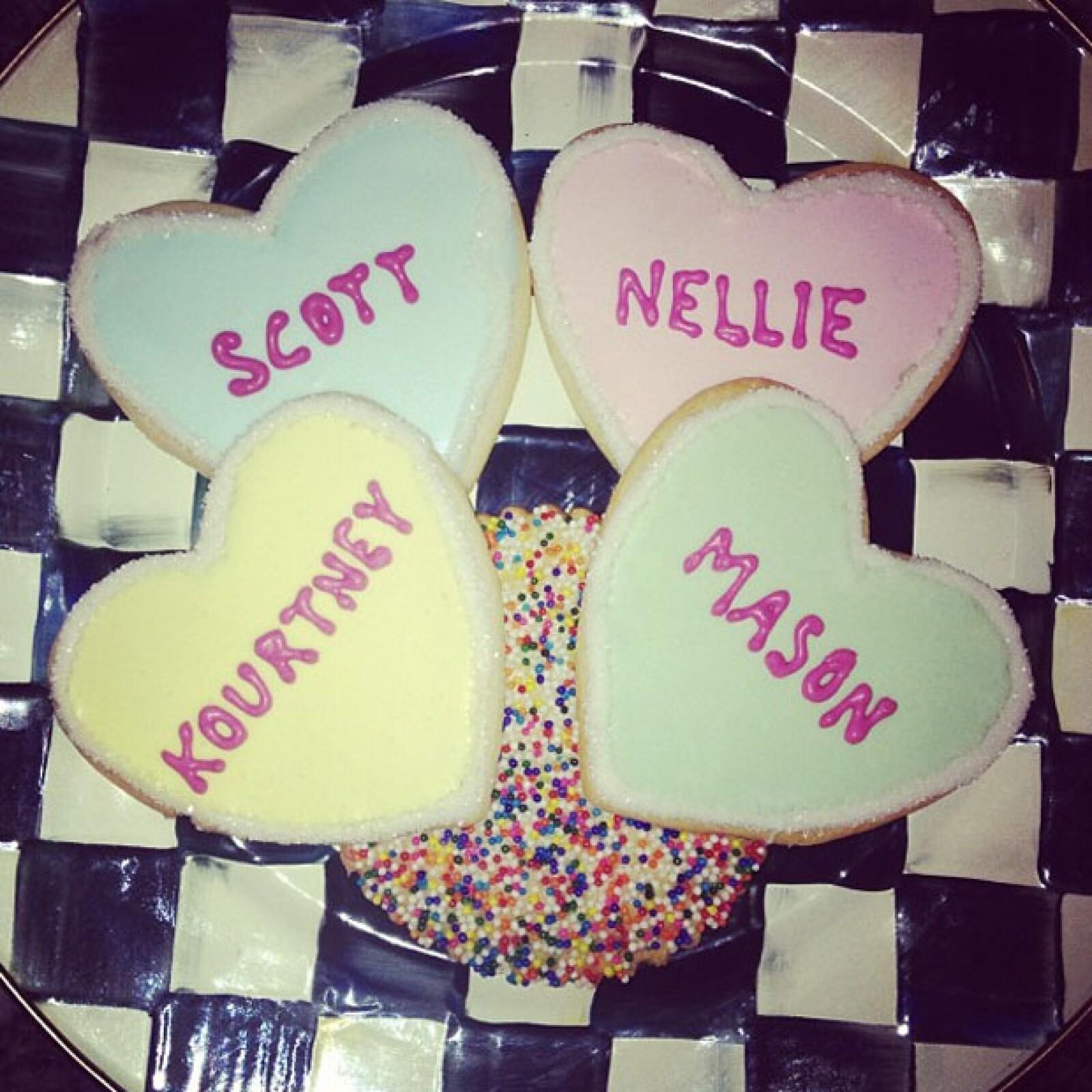 Kourtney Kardashian publicó en su Instagram una foto de cuatro galletas de San Valentín con los nombres de su esposo y sus hijos.