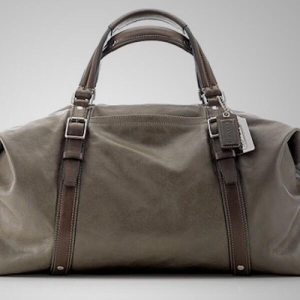 Este bolso con piel es ideal para llevar tu vestimenta al club deportivo.