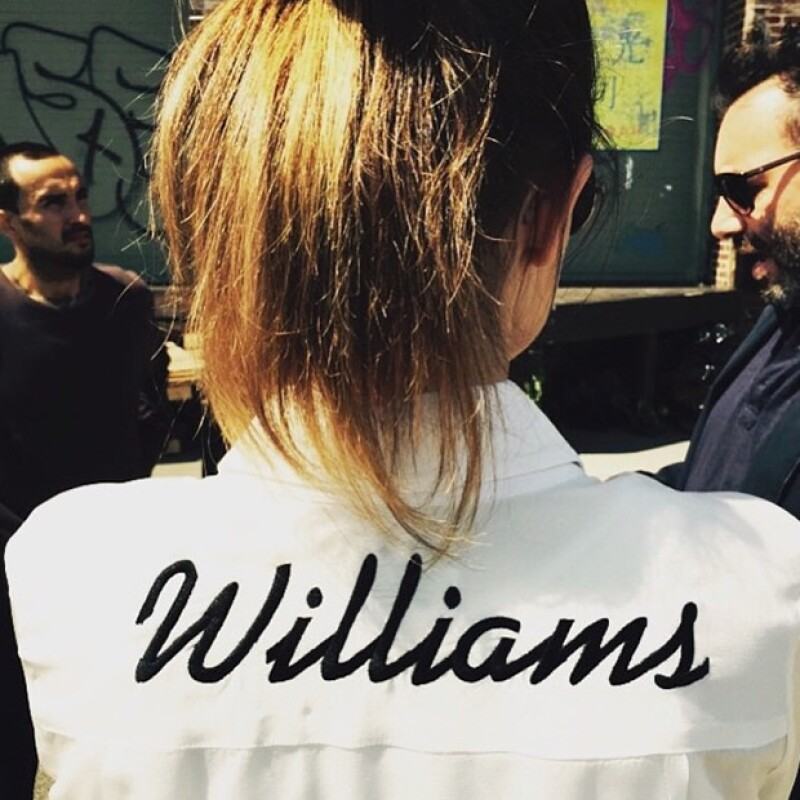 Allison Williams usa la Dresshrirt con su apellido grabado en la espalda.