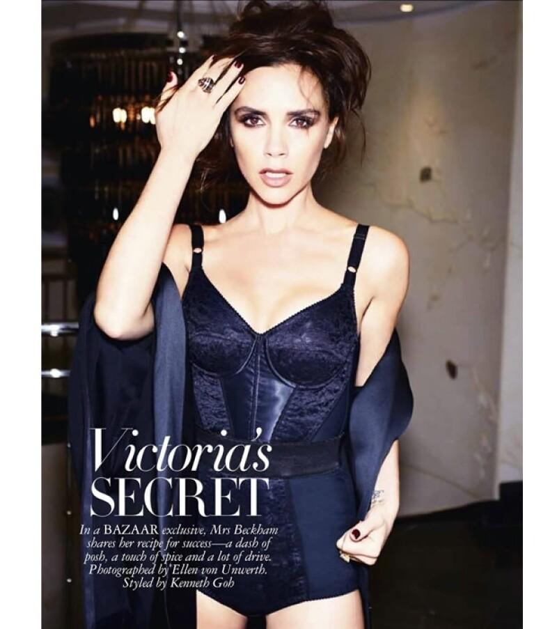La diseñadora de moda posó muy sexy en ropa interior para la edición singapurense de Harpers Bazaar.