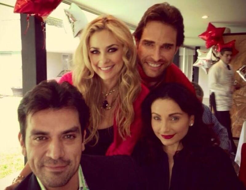 La pareja anfitriona con Elizabeth Álvarez y Jorge Salinas.