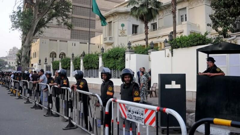 Guardias vigilan la embajada de Arabia Saudita