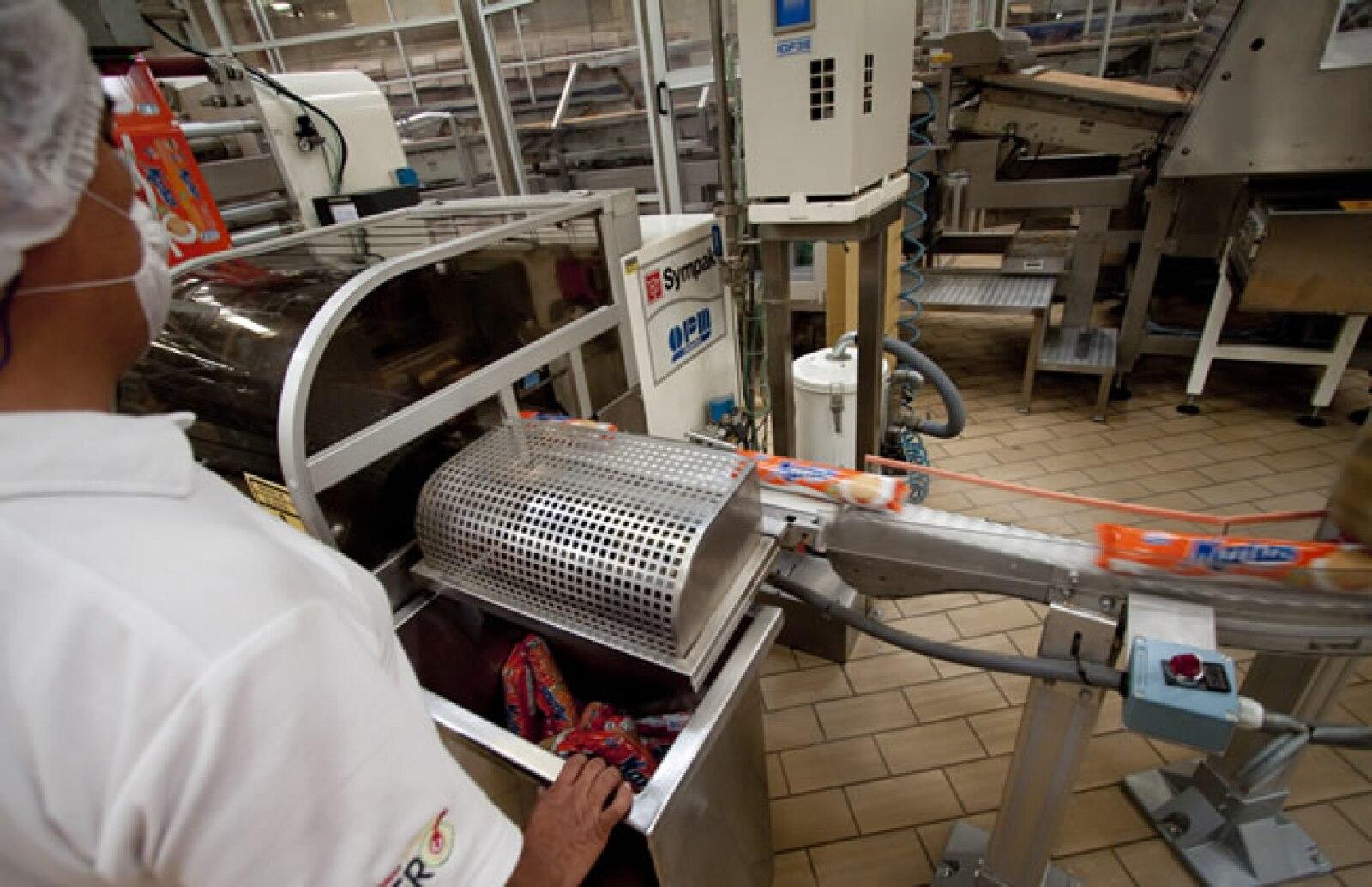 Por medio de un sistema de vibraci�n las galletas se mueven para ser empacadas por medio de tres tipos de laminados