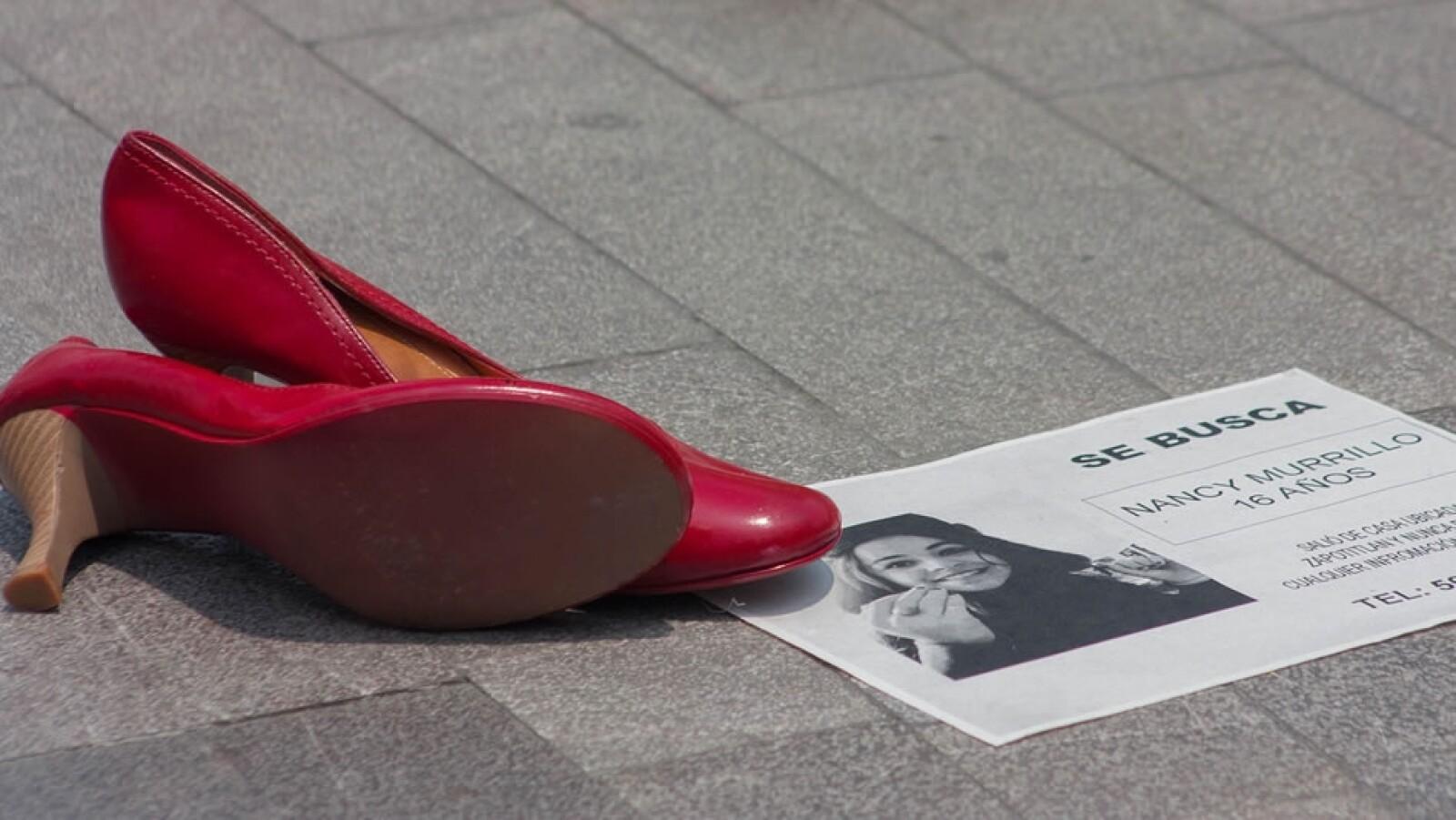 zapatos rojos fueron colocados fuera del Palacio de Bellas Artes
