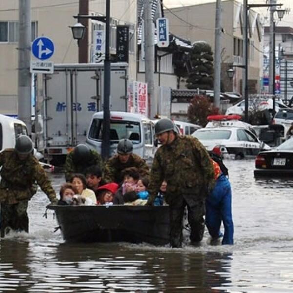 Militares japoneses ayudan a la población civil