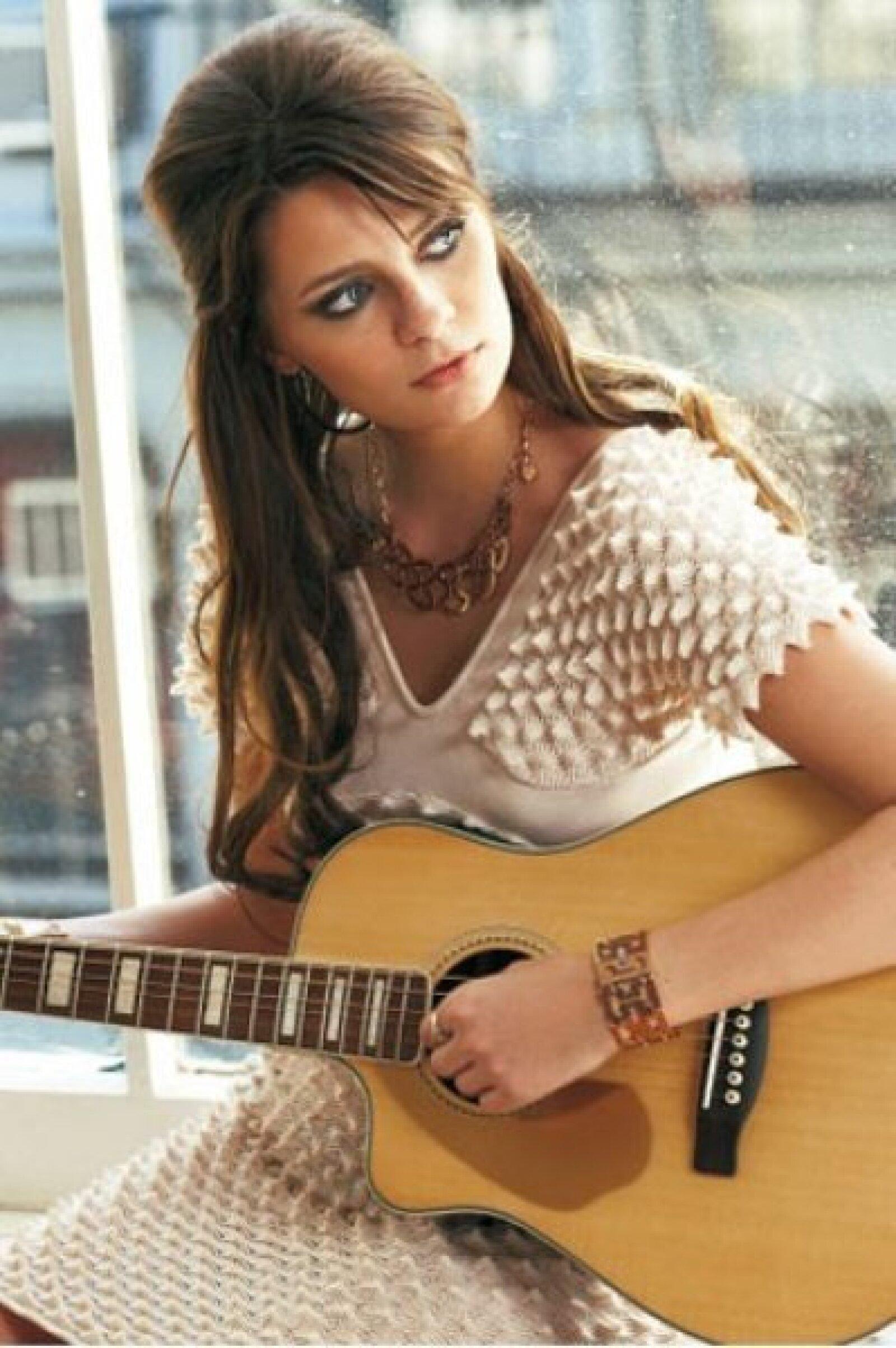 Mischa Barton fue captada mientra tocaba la guitarra como una profesional.