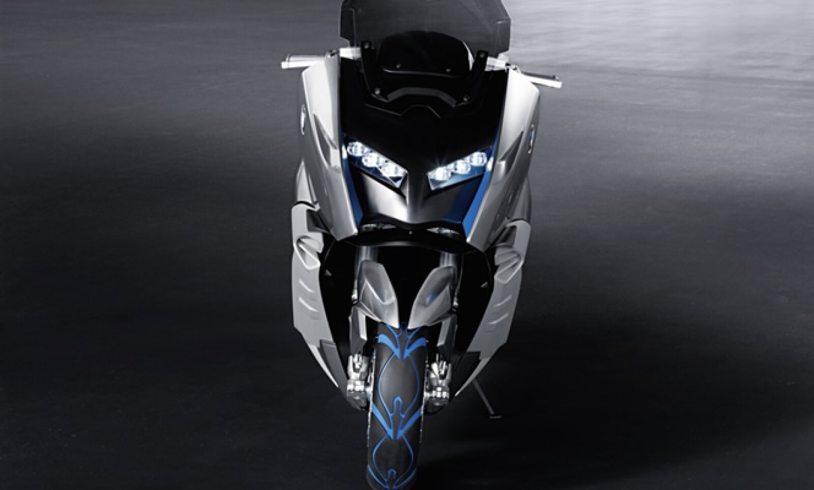 La parte frontal se asemeja a una moto de turismo deportivo con faros de automóvil, mientras que la parte trasera cuenta con una forma más convencional.