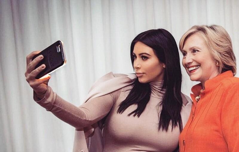 ¿Siempre te preguntaste cuál es la fórmula de Kim Kardashian para salir bien en todas sus selfies? Entonces conoce el misterio que reveló Hillary en el show de Ellen DeGeneres.