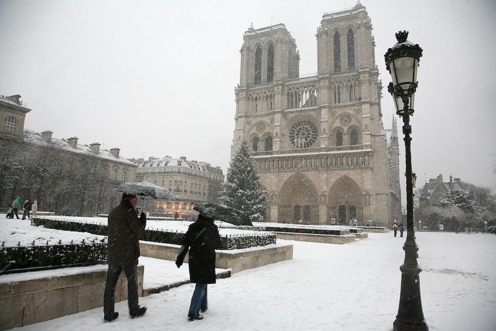 Heavy Snow Hits Paris