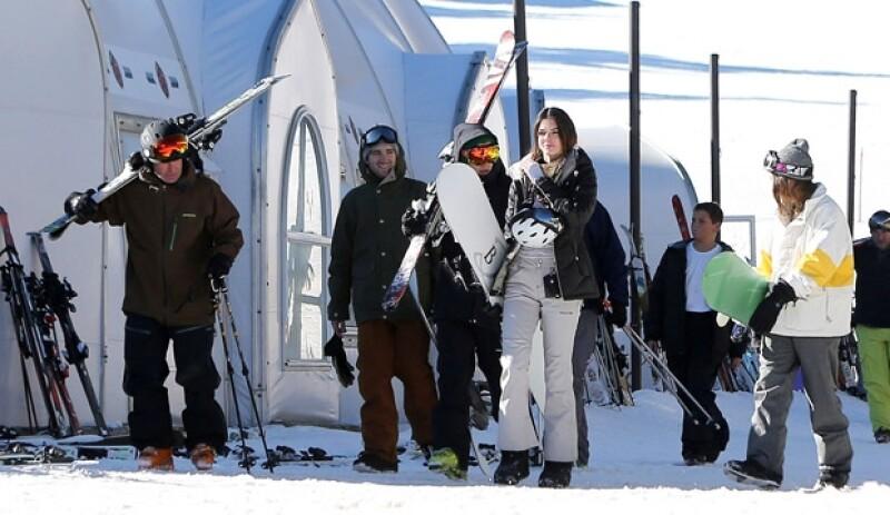 Cada vez es más frecuente ver a estos dos famosos juntos. En esta ocasión el par fue captado junto a otros amigos a punto de esquiar en Mammoth, California.