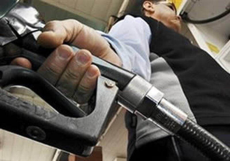 Los precios de la gasolina podrían incrementarse en 2010 de acuerdo a la inflación presentada mes a mes. (Foto: AP)
