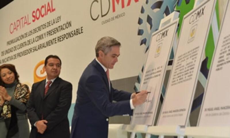 Mancera presentó la iniciativa para certificar a empresarios que contraten trabajadores por un pago mínimo de 86.86 pesos. (Foto: Tomada de @ManceraMiguelMX )