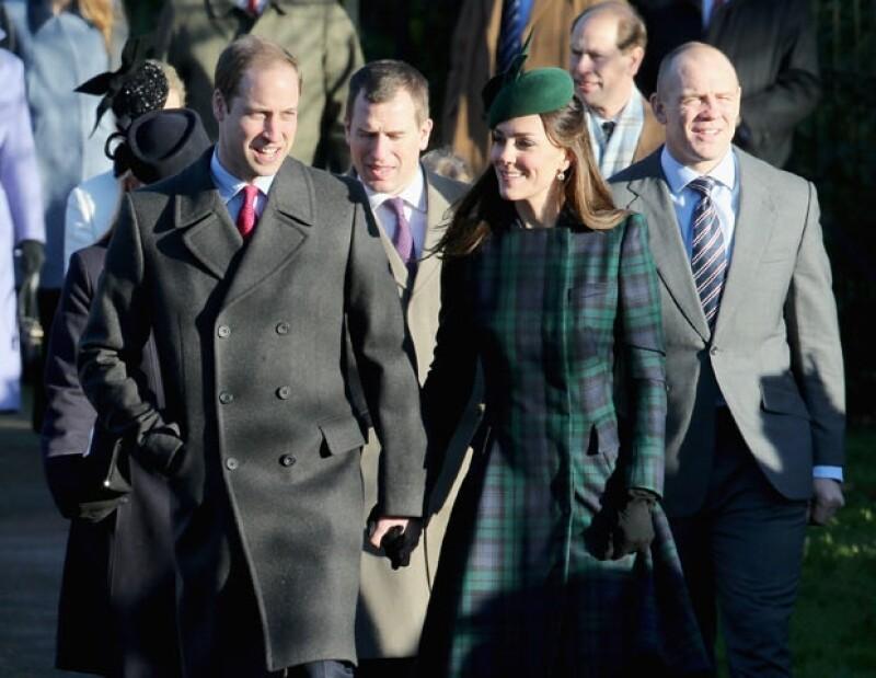 Los Duques de Cambridge asistieron al servicio religioso que tradicionalmente se realiza en Sandringham y estuvieron todo el tiempo tomados de la mano y lanzándose miraditas amorosas.