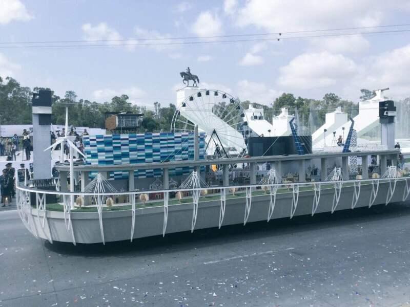 Durante el desfile, un carro alegórico mostró las obras que se han edificado durante el sexenio de Rafael Moreno Valle.