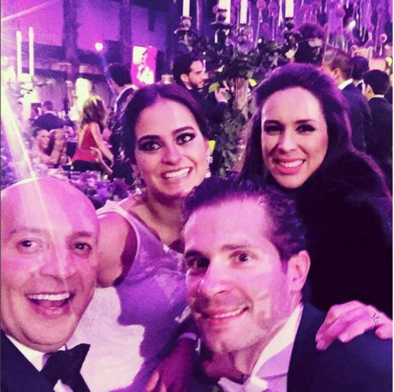 Jacky junto a los recién casados.