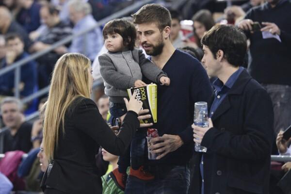 Gerard y Milan tuvieron lugares preferentes en la duela, y cuando se terminó el juego Piqué llevó a su hijo en brazos.