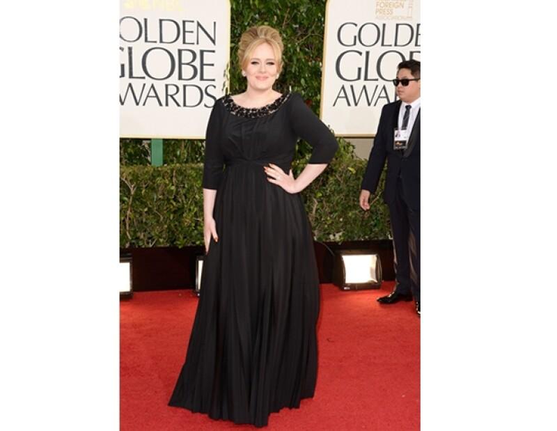 Adele nos muestra otro de sus talentos, ahora se une con Fendi y otras 9 famosas para diseñar su versión de un bolsa, el dinero será donado a la organización Kids Company.