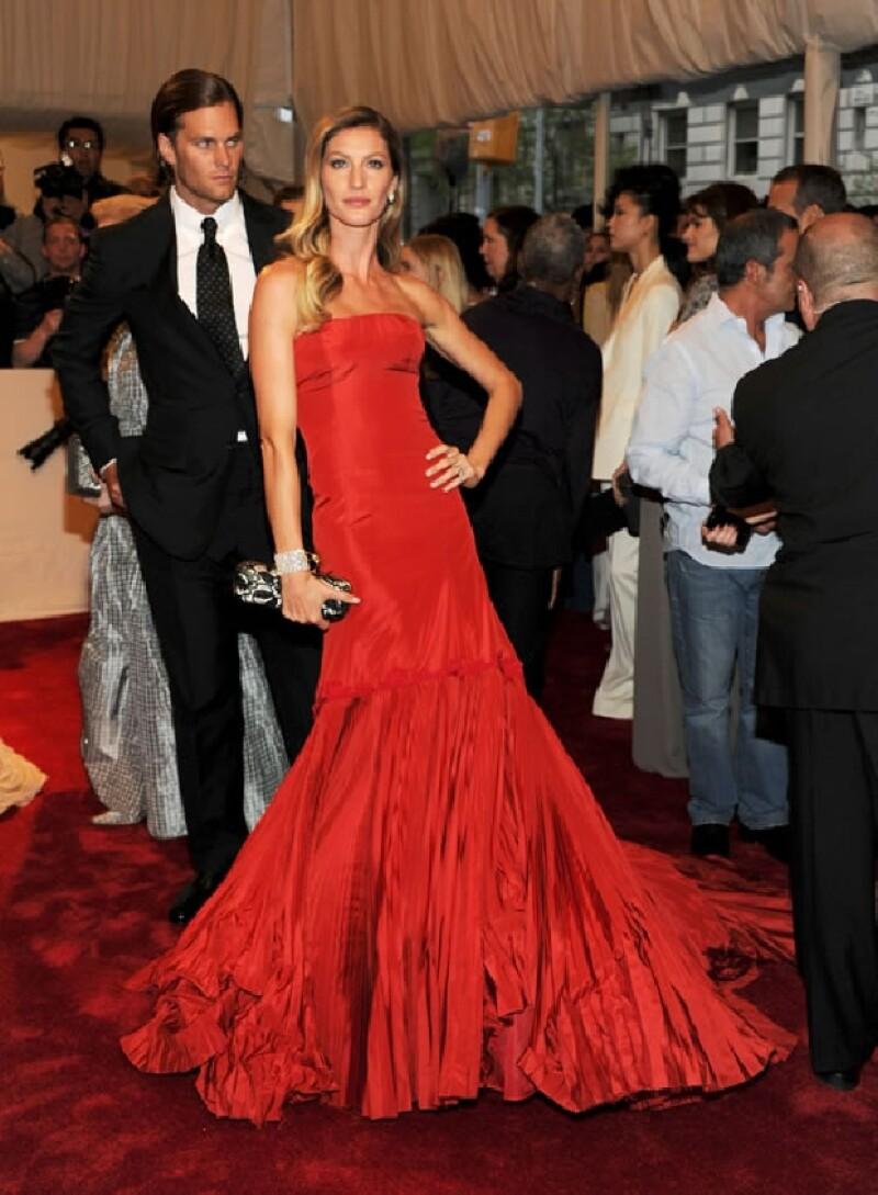 Nunca olvidaremos a una de las parejas más atractivas de la gala; Gisele Bundchen con un clásico Valentino y Tom Brady.