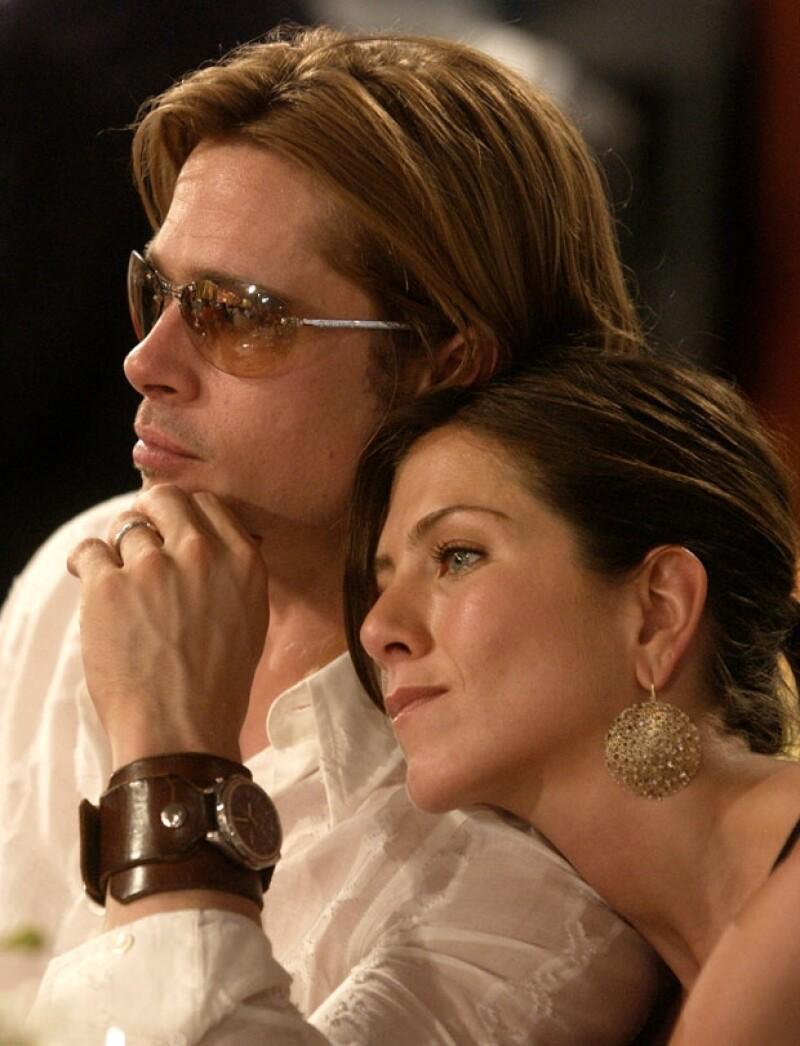 La pareja quedó divorciada de manera oficial en octubre de 2005, cuando la actriz Angelina Jolie ya estaba embarazada de Pitt.