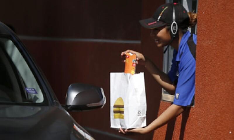 El aumento se da tras protestas de empleados de McDonald's en meses pasados. (Foto: Reuters )