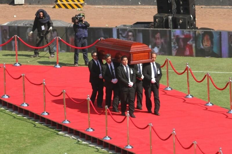 En una ceremonia de cuerpo presente que se prolongó hasta las primeras horas de la tarde del domingo, miles de personas despidieron a Chespirito junto a su viuda y su familia.