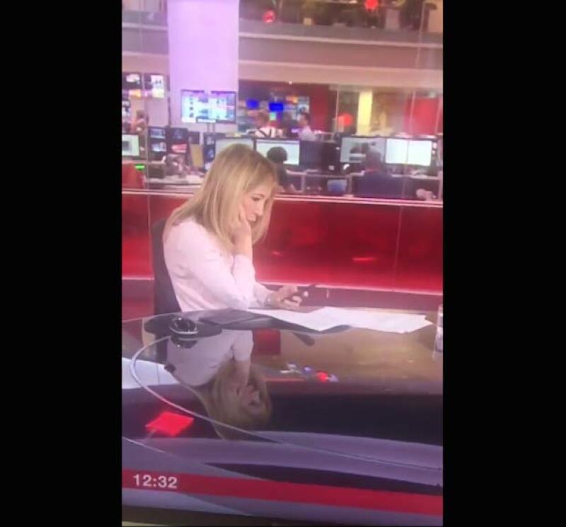 La reportera fue grabada justo en el momento en el que se distrajo con su celular.