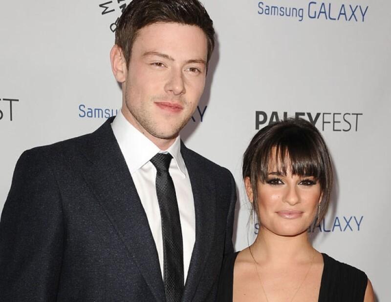 Medios de comunicación estadounidenses reportan que la actriz fue vista mientras observaba la ofrenda  que seguidores de la estrella de Glee improvisaron afuera del hotel donde murió.