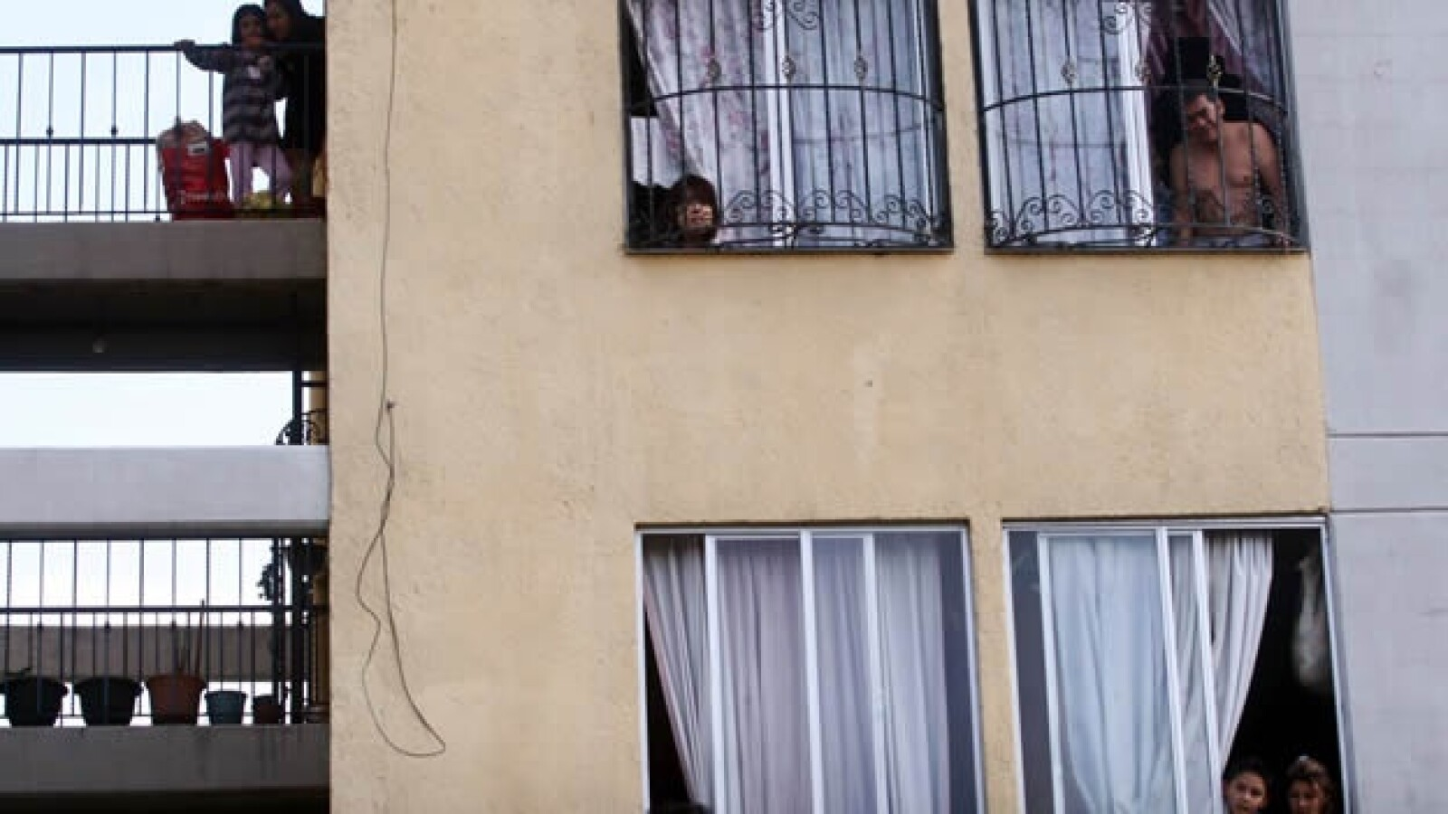 Vecinos observan la casa donde llego Vazquez Mota