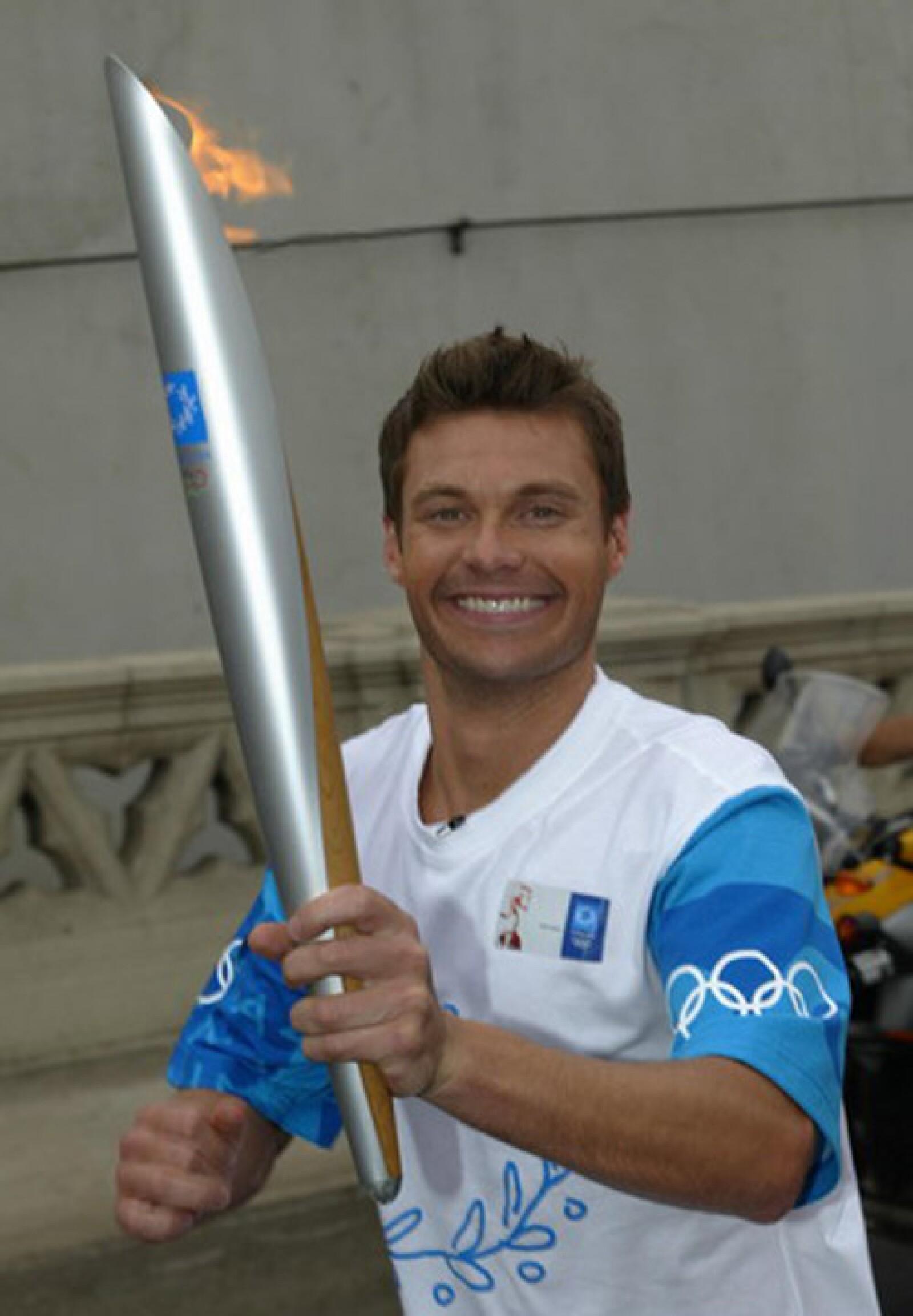 Ryan Seacrest corrió con la llama olímpica en California para las olimpiadas de Atenas 2004