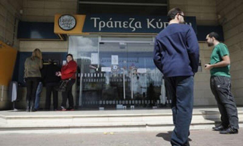 La eurozona acordó dar un rescate a Chipre por 10,000 mdd que involucra un impuesto a los depósitos bancarios.  (Foto: Reuters)