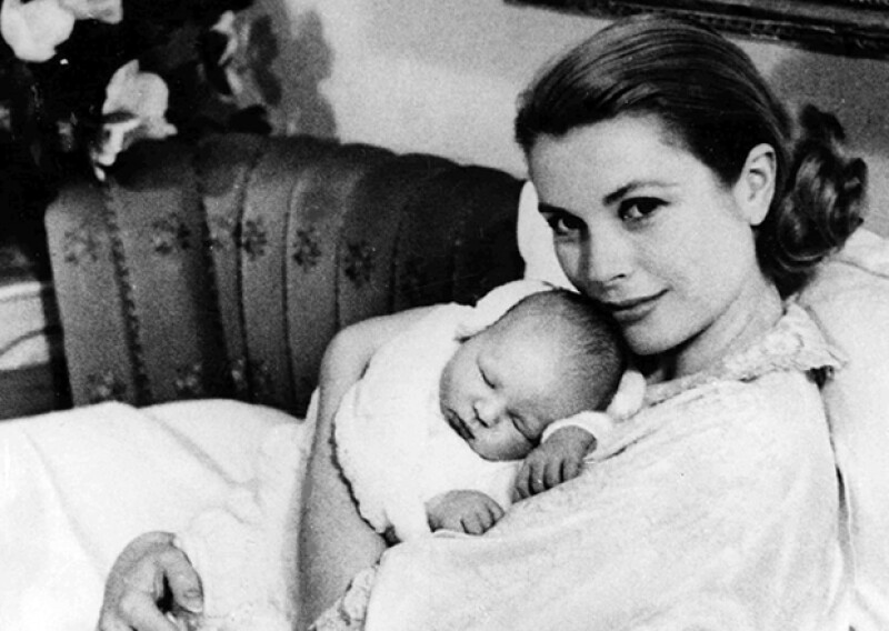 Grace posa con su primer hijo hombre, Alberto, quien nació un año después de su hermana Carolina.