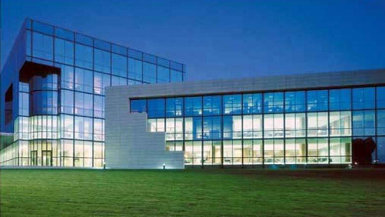 La vidriera  mexicana también colaboró para crear la sede de la Fundación Amancio Ortega Zara en La Coruña. El complejo tiene un tipo de vidrio Isolar Solarlux Blue 17/29 Temprado.