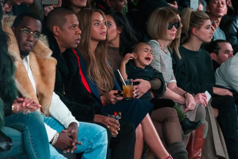Estar en medio del desfile de Kanye West para Adidas no impidió que North le hiciera un berrinche a su madre Kim.
