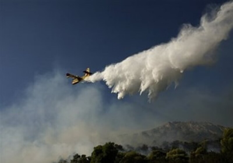 Hidroaviones griegos, italianos y franceses combatieron las llamas. (Foto:AP)