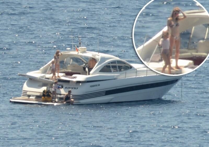 Letizia fue captada en bikini y desde lejos se puede apreciar su delgada figura.