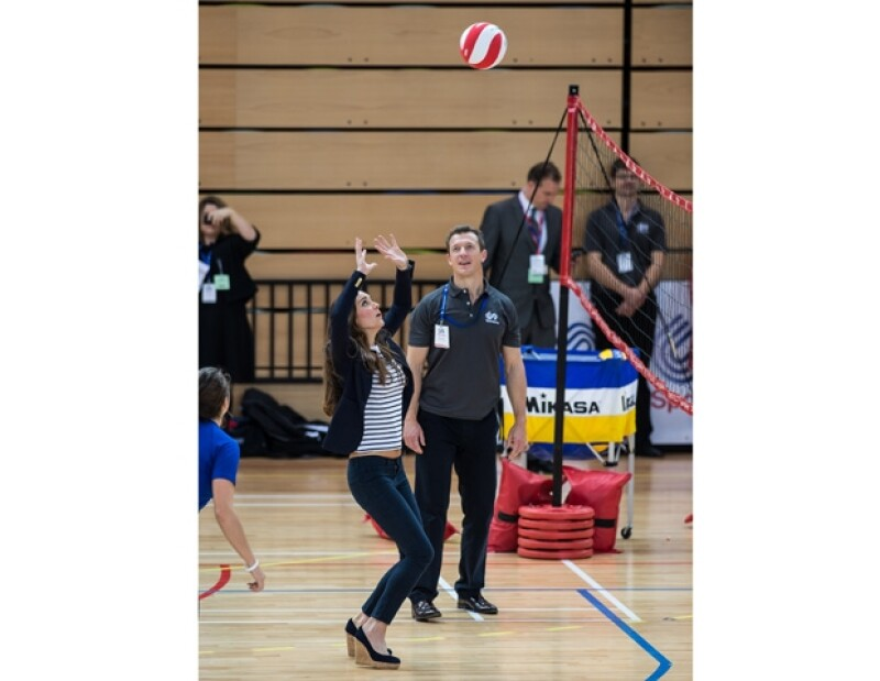 La Duquesa jugó voleibol con atletas promesa.
