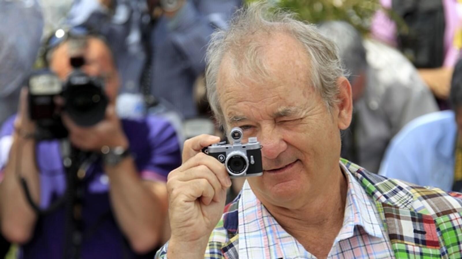 bill murray toma fotos en la alfombra roja de cannes